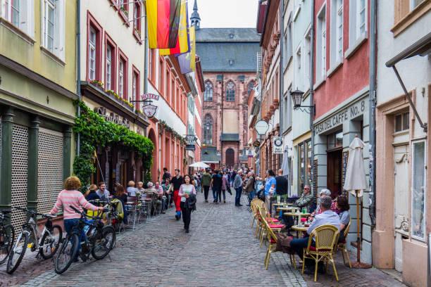 marktplatz überfüllt mit touristen und rathaus in heidelberg in deutschland. heidelberg ist eine stadt in baden-württemberg in deutschland. - sommerferien baden württemberg stock-fotos und bilder
