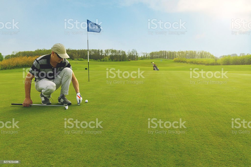 Marking golf ball position on the green - foto de stock