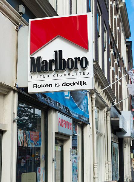 marlboro shield - cigarettes in duty free foto e immagini stock