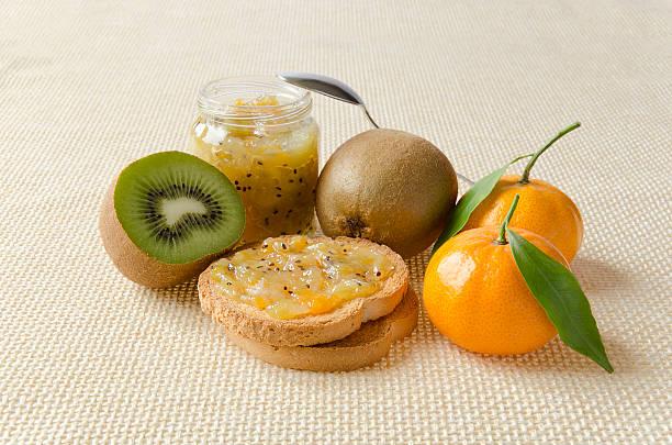 marmellata di kiwi e mandarini - fette biscottate foto e immagini stock
