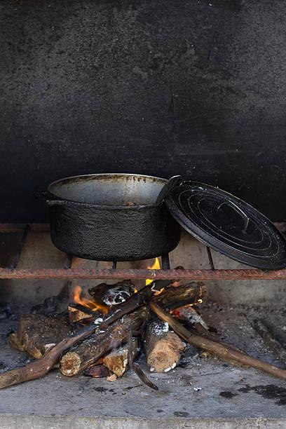 Marmite au feu de bois Marmite qui mijote sur un feu de bois feu stock pictures, royalty-free photos & images