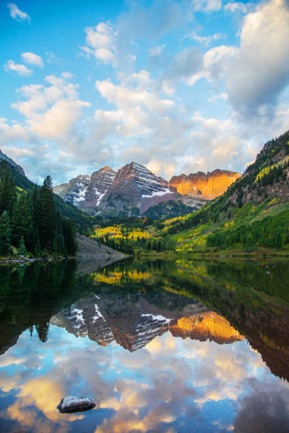 Maroon Bells und See bei Sonnenaufgang, Colorado, USA – Foto