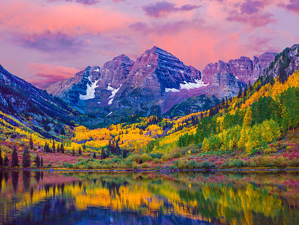 Maroon Bells autumn aspen trees,lake reflections,Aspen Colorado Dawn at Maroon Bells With Autumn Aspen Trees and Maroon Lake in the Rocky Mountains near Aspen Colorado rocky mountains north america stock pictures, royalty-free photos & images