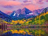 マルーンベル秋のアスペンの木、レイクリフレクション、アスペン、コロラド州