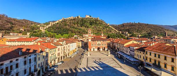 marostica, der piazza degli scacchi-italien - vicenza stock-fotos und bilder