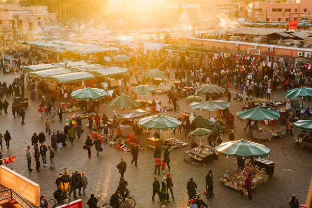 marrakech - piazza djemaa el fna - bazar mercato foto e immagini stock