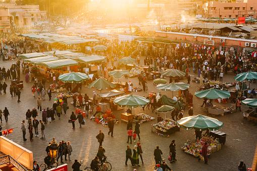 Marrakech Djemaa El Fna Square - Fotografie stock e altre immagini di Affollato