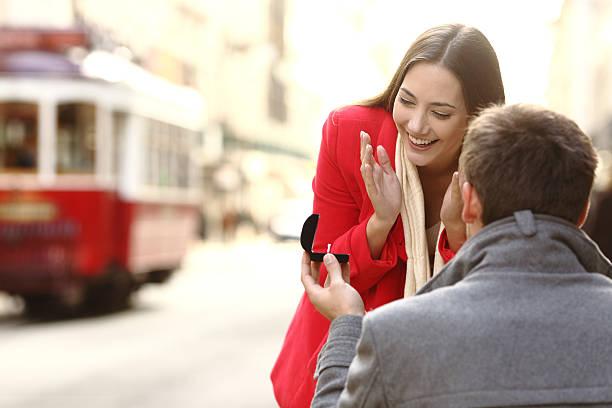 marriage proposal in the street - verlobung was schenken stock-fotos und bilder