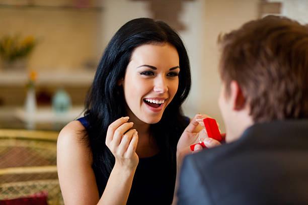ehe-vorschlag, den man den ring an seine mädchen - verlobung was schenken stock-fotos und bilder
