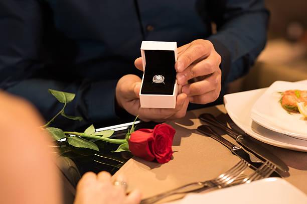 heiratsantrag - verlobung was schenken stock-fotos und bilder