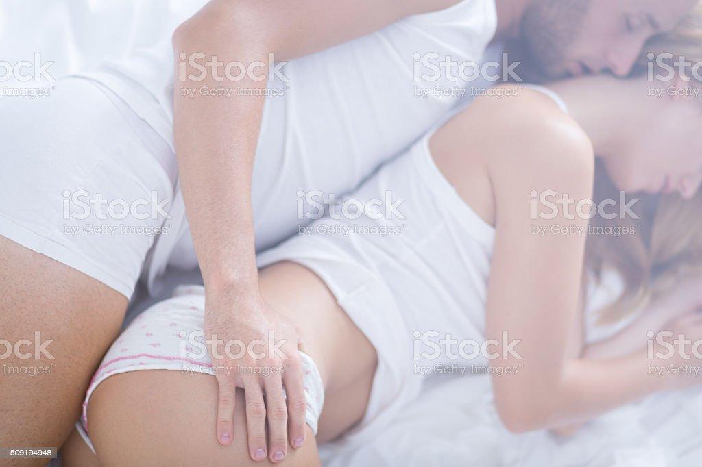 Sposato Coppia Abbracciare Nel Letto - Fotografie stock e altre ...