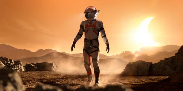 marte astronautas paseando por el paisaje marciano rocoso durante eclipse - misión fotografías e imágenes de stock