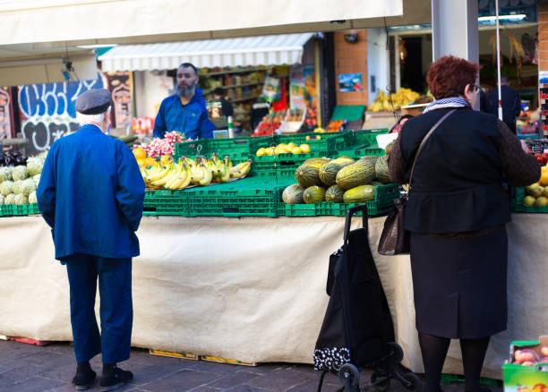 marseille, frankreich: kunden und verkäufer bei marché de noailles - trolley kaufen stock-fotos und bilder