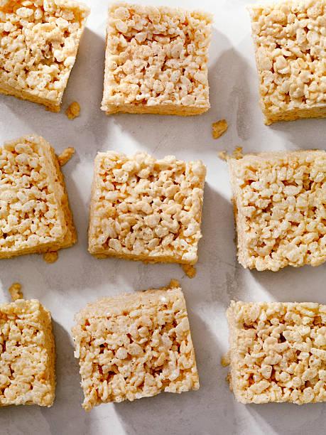 marshmallow crispy rice squares - estaladiço imagens e fotografias de stock