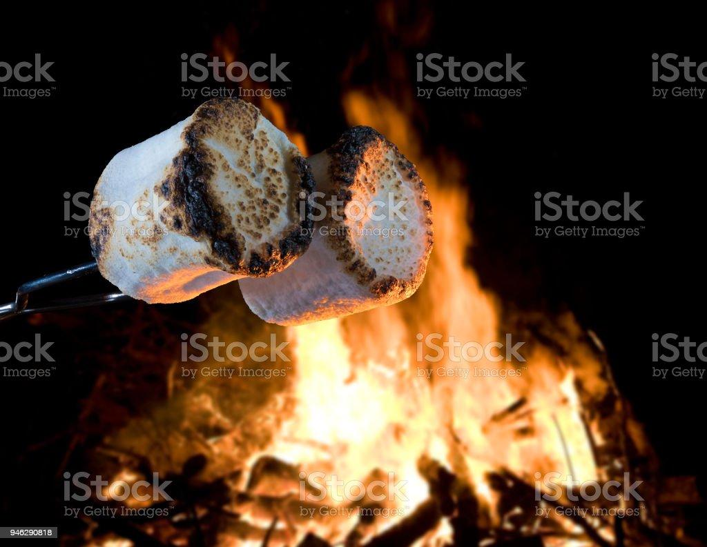 Marshmallows über dem Feuer geröstet – Foto