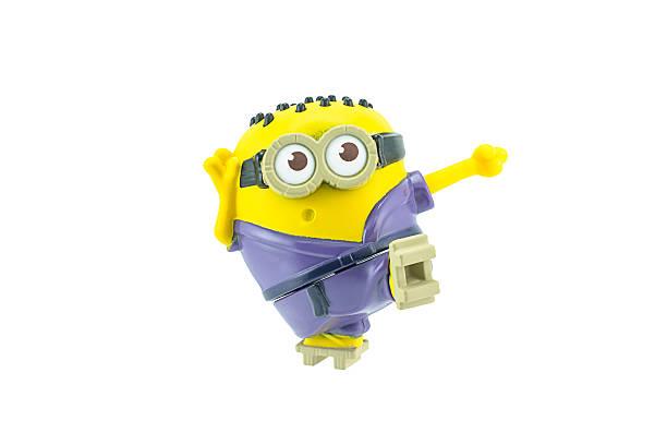 martial arts minion spinning-kick spielzeug charakter - violette minions stock-fotos und bilder