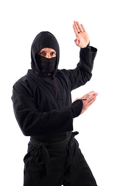 artes marciales ninja en negro mortal tradicional de karate chop - ninja fotografías e imágenes de stock