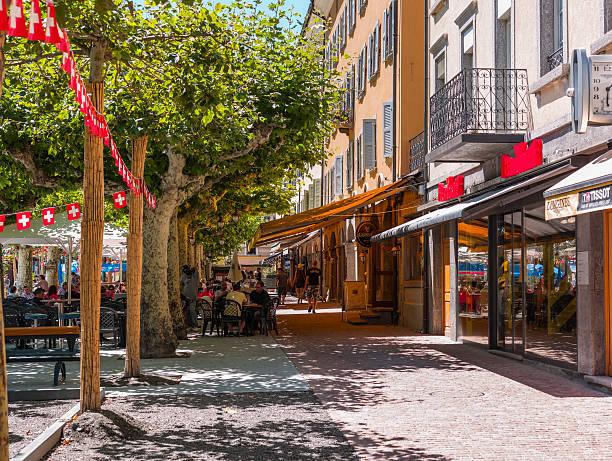 Martigny, in Svizzera. Piazza centrale, con negozi e i turisti - foto stock