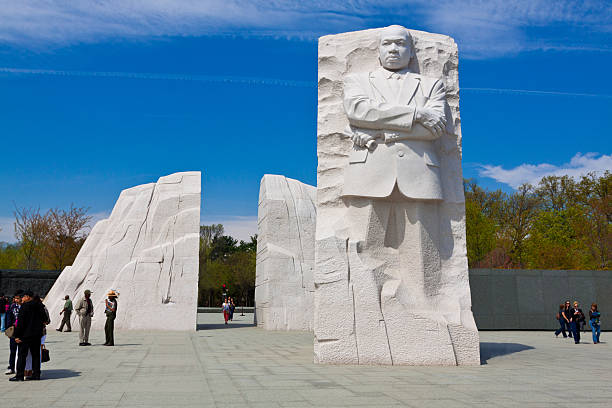 martin luther king jr. memorial, washington dc. clear blue sky. - martin luther king jr stok fotoğraflar ve resimler
