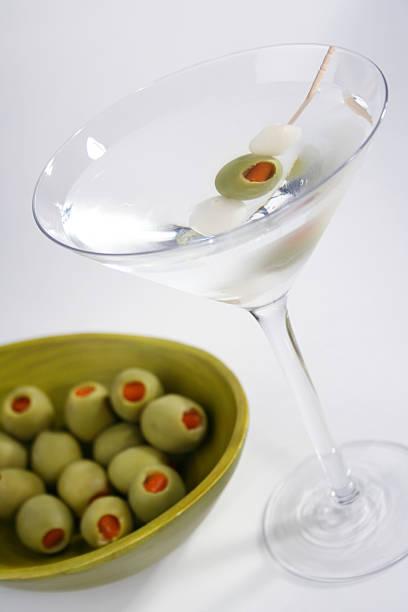 martini und garnishings - perlzwiebeln stock-fotos und bilder