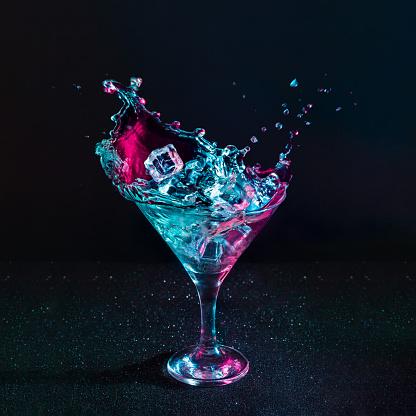 Martini Kokteyl Içki Sıçrama Neon Yanardöner Pembe Ve Mavi Renklerde Buz Küpleri Ile Stok Fotoğraflar & Aydınlık'nin Daha Fazla Resimleri