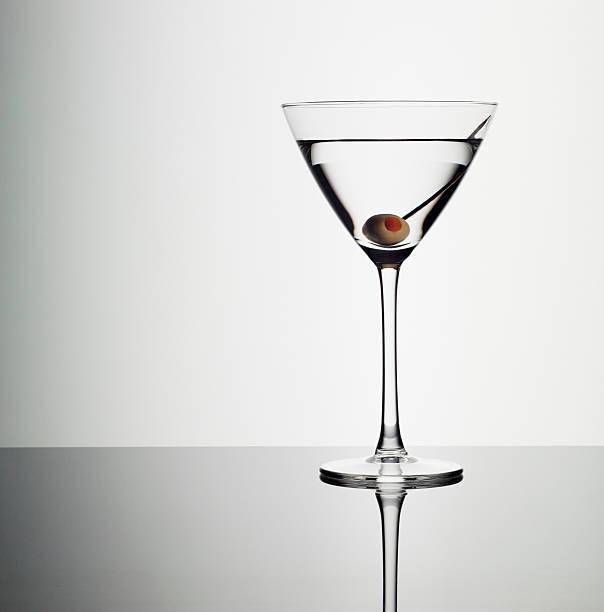 Dans un verre à cocktail avec le vert olive - Photo