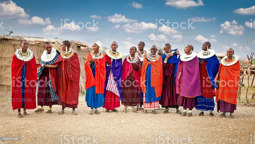 Massai Frauen in traditionellen Ornamenten, Tansania. – Foto