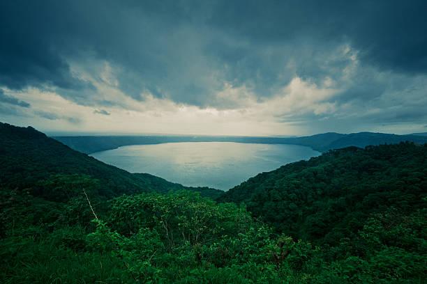 masaya vulkan-kratersee in nicaragua - nicaragua stock-fotos und bilder