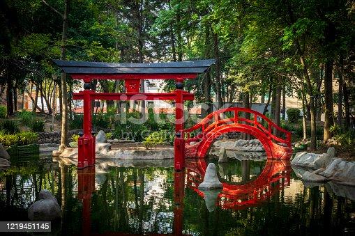 El Parque Japonés Masayoshi Ohira está ubicado en Ciudad de México. Tiene un diseño oriental, con abundante vegetación, caminos de piedra, un riachuelo, estanques con peces de colores chillantes y una emblemática arquitectura japonesa con puentes y puertas de madera.