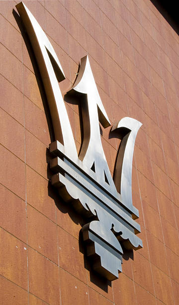 Maserati Schild an der Wand des marque archive – Foto