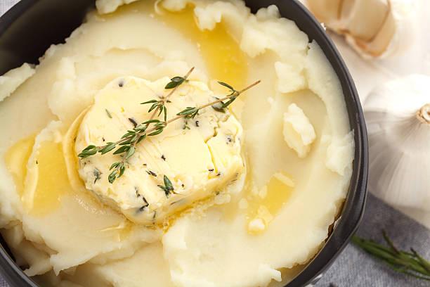 kartoffelpüree compound butter und kräutern, baguette mit thymian und rosmarin koriander oregano - knoblauchkartoffeln stock-fotos und bilder