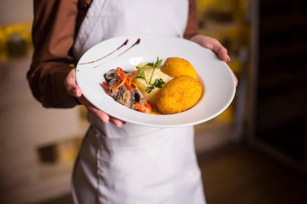 kartoffelpüree mit einem schnitzel in den teig - paprikaschnitzel stock-fotos und bilder