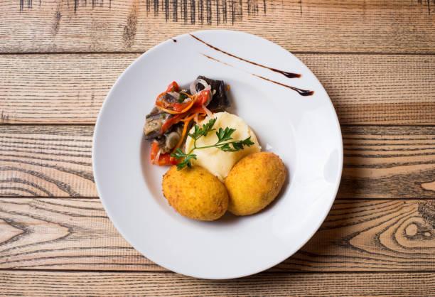 kartoffelpüree mit einem schnitzel - paprikaschnitzel stock-fotos und bilder