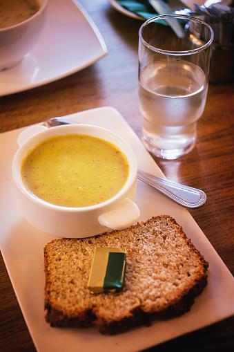 Püresi Çorba Ve Ekmek Tereyağı Su Üzerinde Bir Yemek Masası Ile Stok Fotoğraflar & Akşam yemeği'nin Daha Fazla Resimleri
