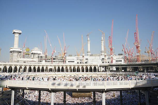 masjidil haram est toujours en cours de développement - omra photos et images de collection