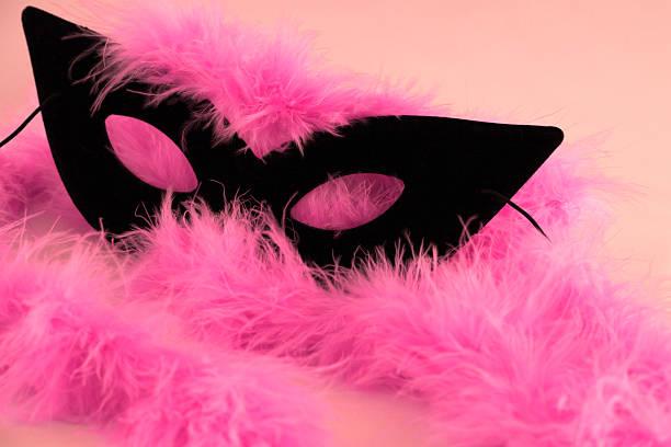 maske und federn - rosa camo party stock-fotos und bilder