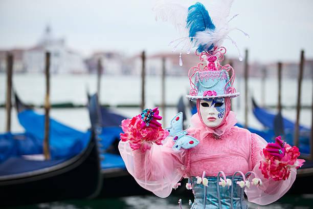 maske im karneval von venedig 2013 in st. mark's becken - rosa camo party stock-fotos und bilder