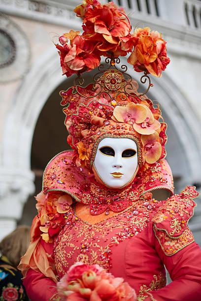 maske karneval in venedig 2013 in st. mark's square - rosa camo party stock-fotos und bilder