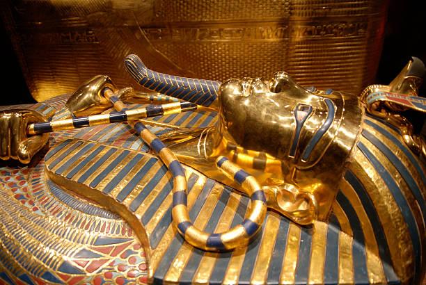 mask of tutankhamun, egyptian pharaoh - graftombe stockfoto's en -beelden