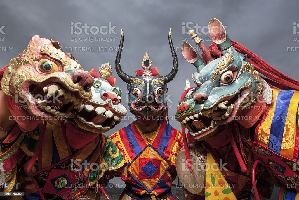 Masked bhutanese dancers in traditional costumes foto