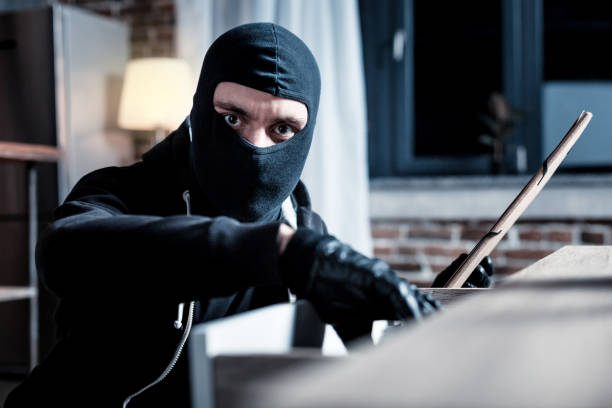 Ladrão mascarado cometer um roubo - foto de acervo