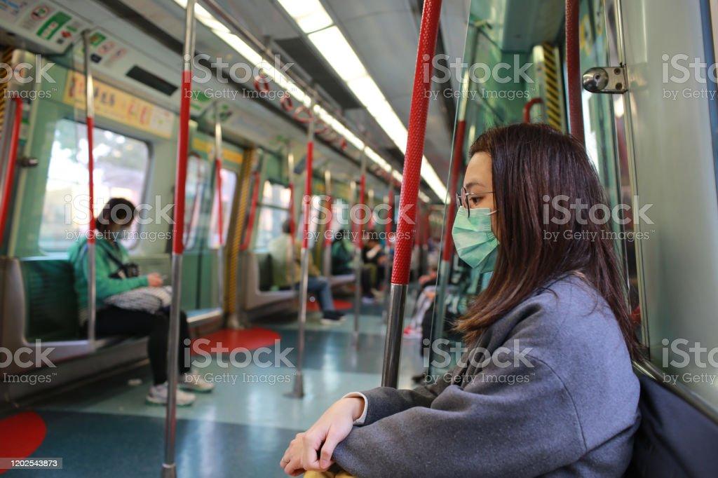 chica enmascarada para protegerse del virus wuhan en el área pública - Foto de stock de Adulto libre de derechos