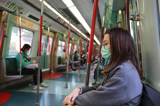 Chica Enmascarada Para Protegerse Del Virus Wuhan En El Área Pública Foto de stock y más banco de imágenes de Adulto