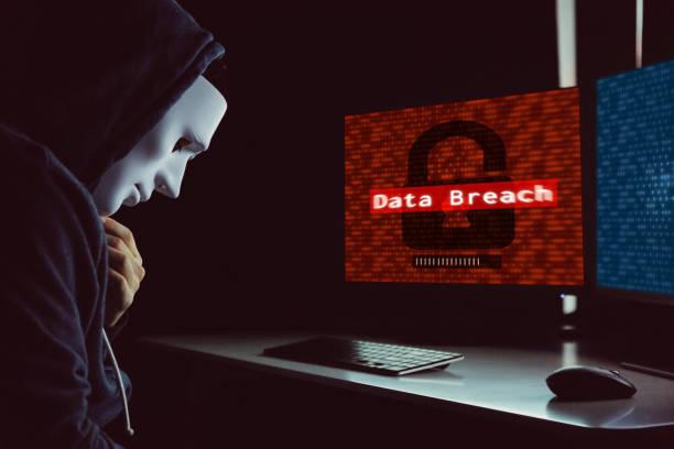 Maskierte Hacker unter Haube mit Computer um Daten Verstoß gegen Kriminalität - Internet-Computer-Kriminalität-Konzept zu begehen. – Foto