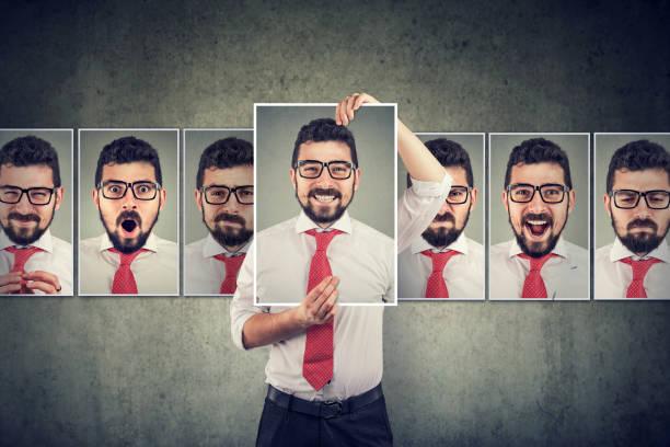 El hombre enmascarado expresando diferentes emociones - foto de stock