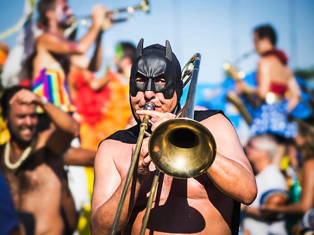 masqué musicien jouant à la parade de carnaval de rio de janeiro, brésil - carnaval de rio photos et images de collection