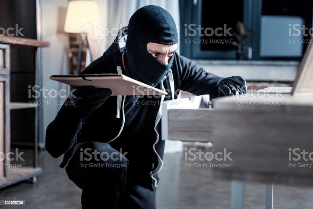 Pesquisando o que roubar de ladrão mascarado - foto de acervo