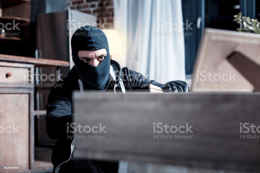 Ladrão mascarado roubar documentos importantes - foto de acervo