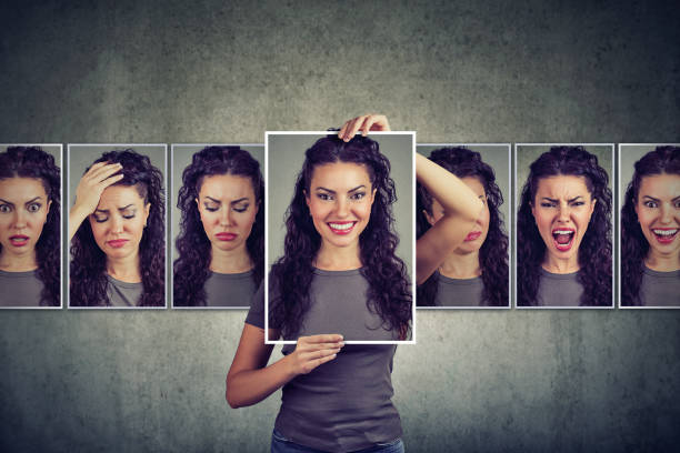 Mujer enmascarada expresando diferentes emociones - foto de stock