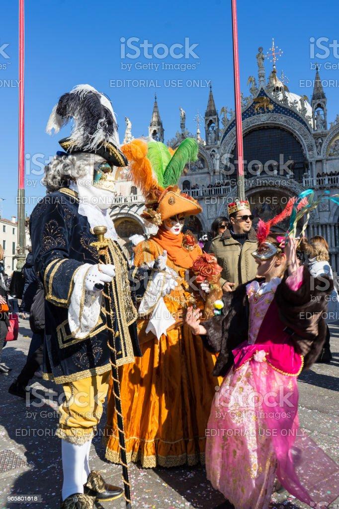 Maskers genieten van een zonnige dag tijdens carnaval, Venetië - Royalty-free Carnaval - Feestelijk evenement Stockfoto